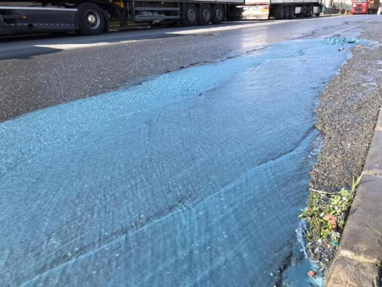 Esenyurtta mavi su fışkırdı, tüm caddeyi boyadı... Vatandaşlar tedirgin