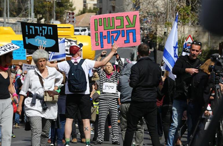Yolsuzluktan yargılanan Netanyahuya bacak bacak üstüne poz tepkisi