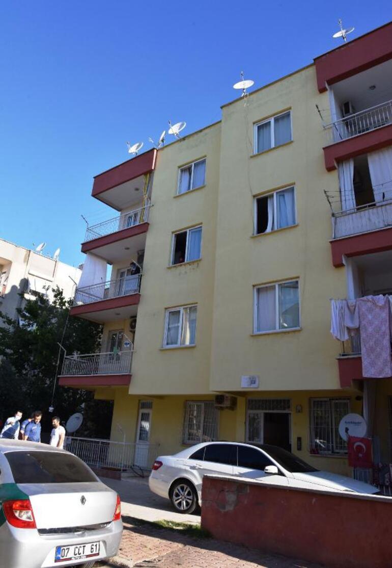 Antalyada korkunç olay Kız arkadaşını arabanın üstüne attı